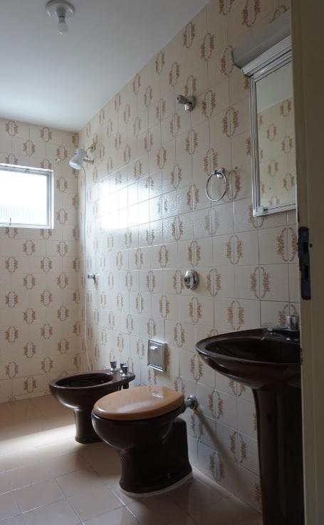 BWC com azulejos ate o teto e chuveiro eletrico