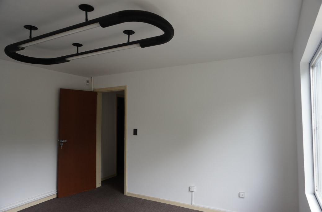 Sala Quase Quadrada Olhando da Janela para Dentro