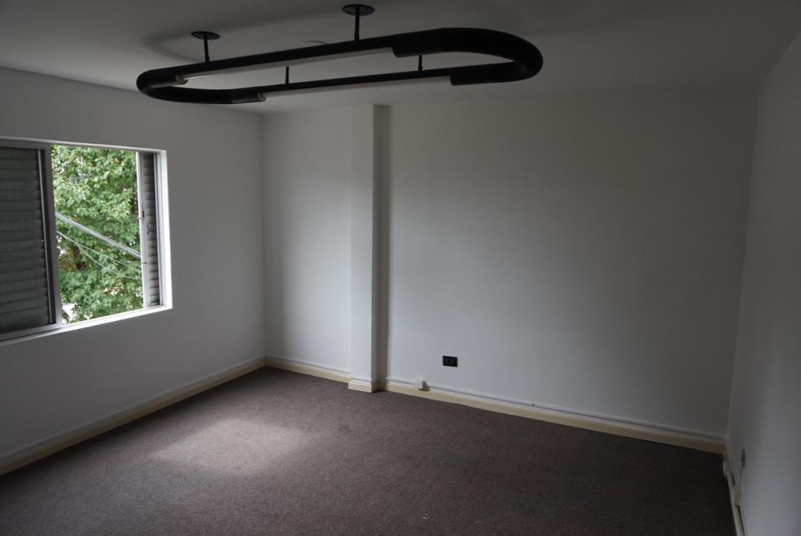 Sala Quase Quadrada Olhando da Porta para a Janela