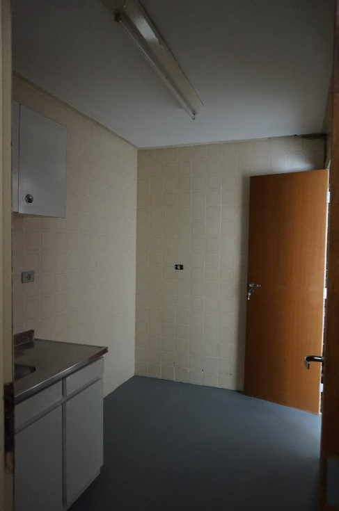 cozinha vista da porta da area de apoio